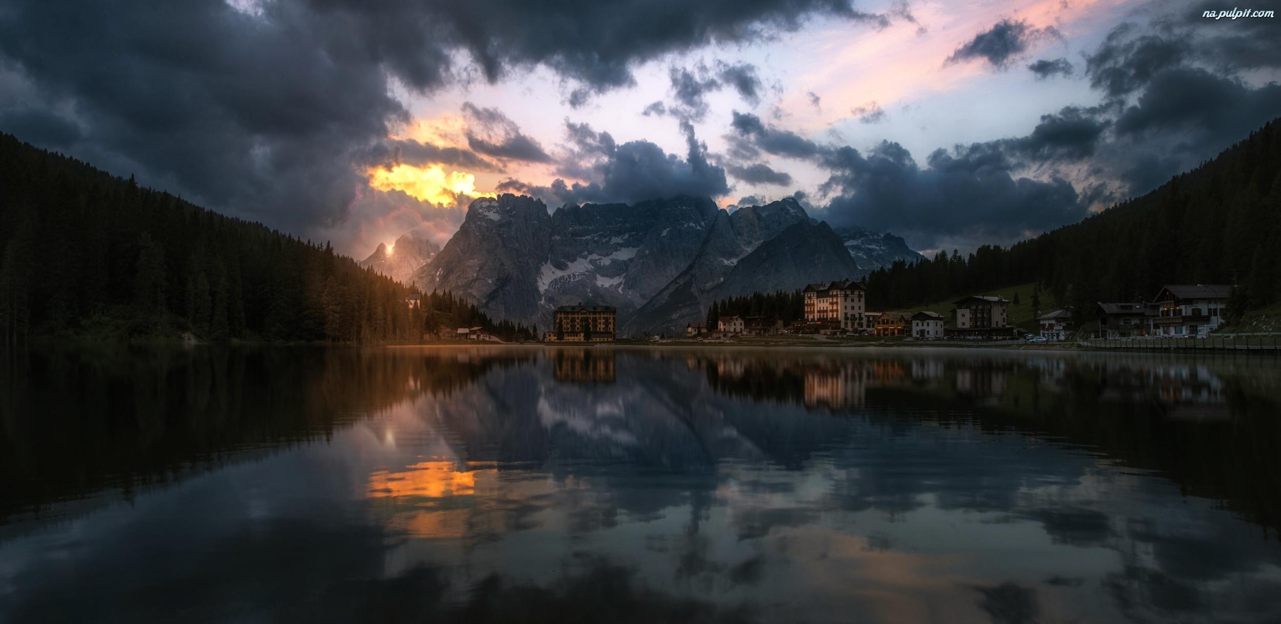 http://www.tapeta-gory-chmury-jezioro-odbicie.na-pulpit.com/zdjecia/gory-chmury-jezioro-odbicie.jpeg
